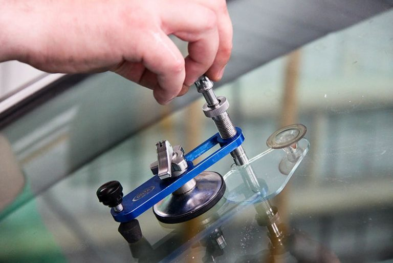 Ремонт сколов и трещин автомобильного стекла